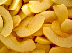 Äpfel schälen und klein schneiden
