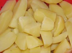 Kartoffeln schälen, vierteln und weichkochen