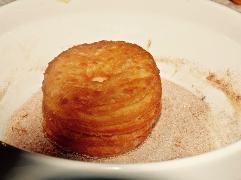 Cronuts in Zimt und Zucker wenden