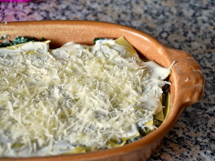 Crème Fraîche und Käse als oberste Schicht