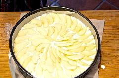 Apfelschnitze auf die Quarkcreme legen