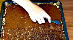Wellenmuster in die Schokolade ziehen