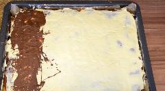 Schokolade schmelzen und auf der erkalteten Buttercreme verteilen