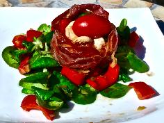 Salat zubereiten und das Körbchen darauf setzen
