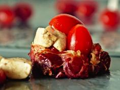 Körbchen mit Tomate-Mozzarella füllen