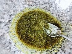 Pesto, Essig und Öl vermischen
