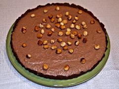 Karamellisierte Nüsse auf den Kuchen geben