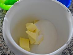 Butter, Zucker und Vanillezucker schaumig schlagen