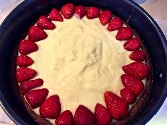 Erdbeeren auf dem Pudding schichten