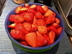 Erdbeeren waschen, putzen und halbieren
