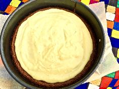 Pudding zubereiten und auf dem Kuchen verteilen