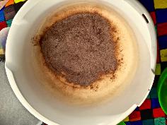 Mehl, Backpulver und Kakao einrühren