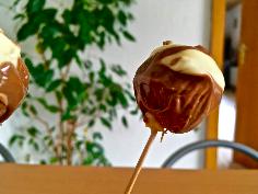 Cake Pops in Schokolade eintauchen