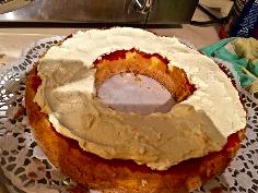 Kuchen mit der Buttercreme füllen