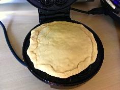 Pizzawaffeln in das Waffeleisen geben