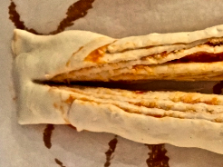 Pizzarolle in der Mitte durchschneiden