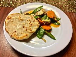 Kokos-Erdnuss-Curry mit Naan-Brot servieren