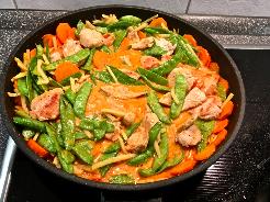 Gemüse und Fleisch in die Sauce geben