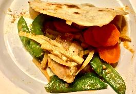 Kokos-Erdnuss-Curry mit Naan-Brot