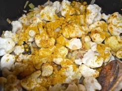 Blumenkohl mit Zwiebel und Curry andünsten