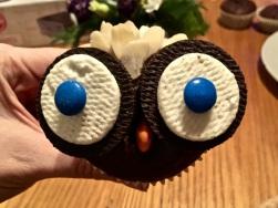 Augen, Schnabel & Mandeln auf die Muffins kleben