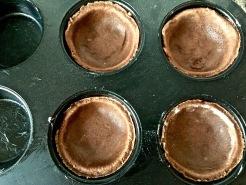 Teig ausrollen, Kreise ausstechen und in ein Muffinblech einpassen