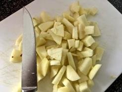 Apfel waschen, schälen und kleinschneiden