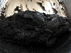 Kekskrümel und Mehl einrühren