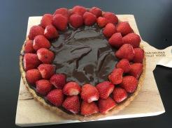 Erdbeeren auf den Kuchen setzen