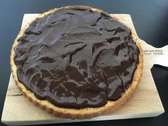 Pudding zubereiten und auf dem Kuchen verteilenZutaten