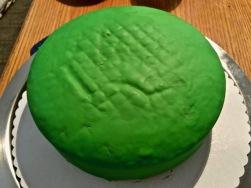 Kuchen mit geschmolzener Schoko eintreichen und mit Fondant eindecken