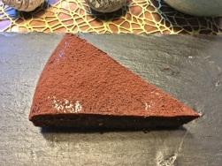 Kuchen mit Kakao bestäuben