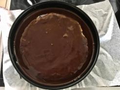Glasur zubereiten und auf dem Kuchen verteilen