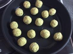Falafel in eine Pfanne mit Öl geben
