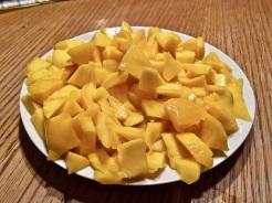 Mango schälen und klein schneiden