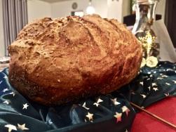 Brot aus dem Römertopf holen und abkühlen lassen