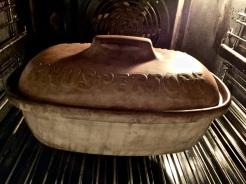 Topf in den kalten Backofen stellen und bei 240°C etwa 55 Minuten backen
