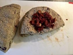Teig teilen und getrocknete Tomaten einkneten