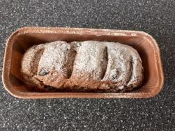 Brot zur Verzierung mit Mehl bestäuben