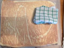 Biskuit stürzen und Backpapier entfernen