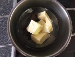 Schoko und Butter im Wasserbad schmelzen