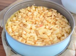 Äpfel klein schneiden und auf dem Teig verteilen