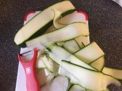 Zucchini in dünne Streifen schälen...