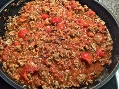 Frische Tomaten, Tomatenmark und Sauce zufügen