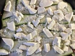 Parmesan und Mozzarella verteilen