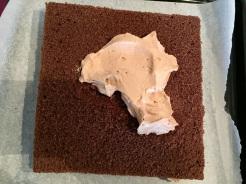 Zweiten Boden auf die Füllung setzen und die Oberfläche mit dem Rest Sahne eindecken