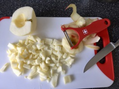 Äpfel schälen und in kleine Stücke schneiden