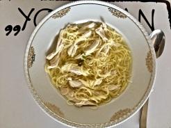 Nudeln abkochen und in die Suppe geben
