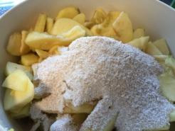 Äpfel klein schneiden und mit der Zuckermischung bedecken
