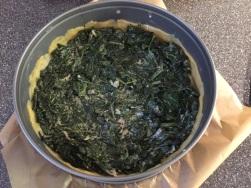 Spinat in der Tarte verteilen